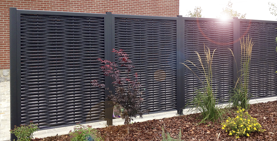 Un brise vue en aluminium imitation bois la solution pour for Panneau de jardin bois
