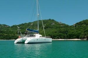 Ballade en catamaran sur une mer turquoise