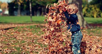 Enfant: les bienfaits de jouer dehors été comme hiver