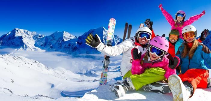 Famille heureuse en station de ski