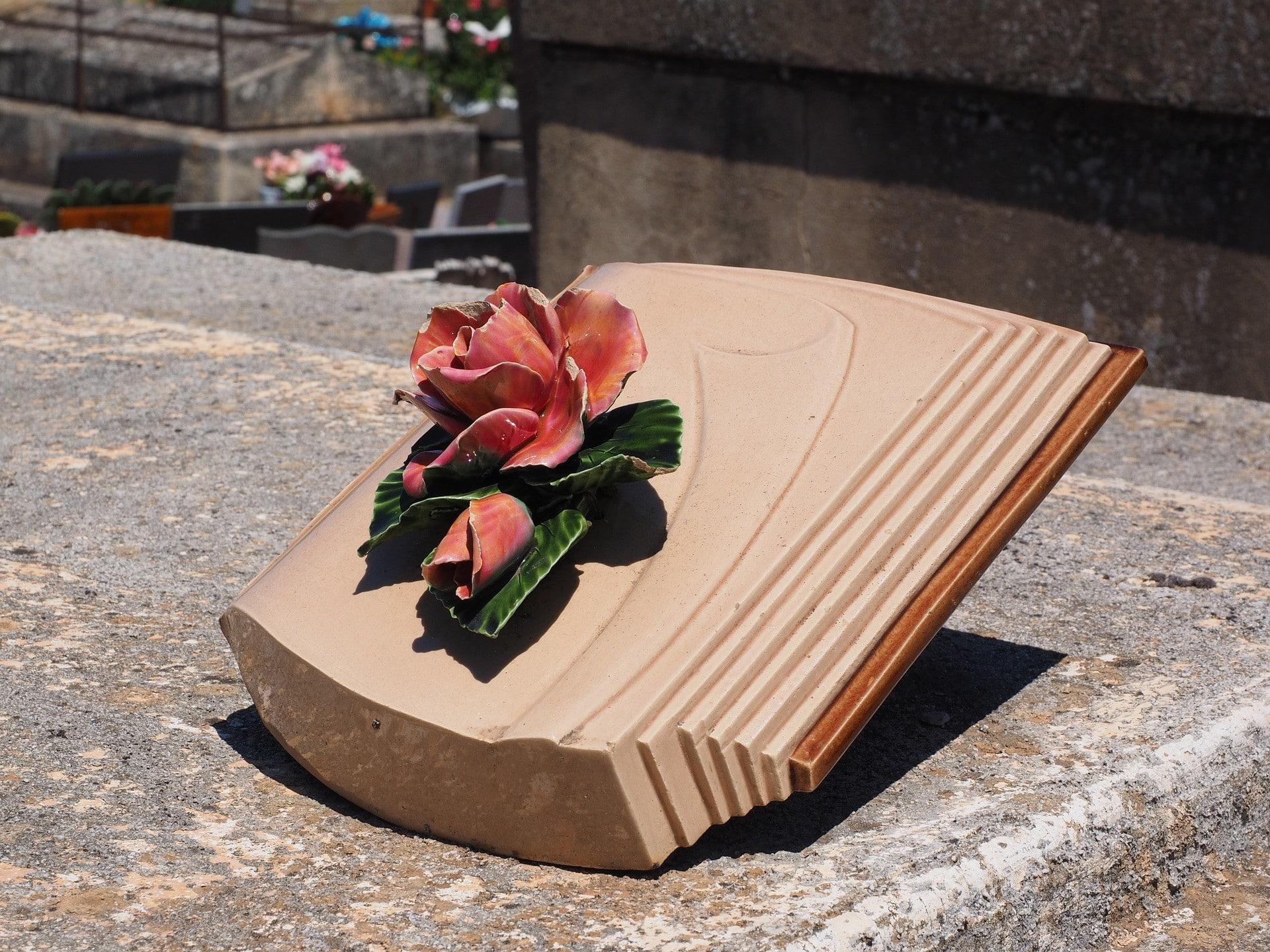 Une plaque funéraire livresque sur une tombe