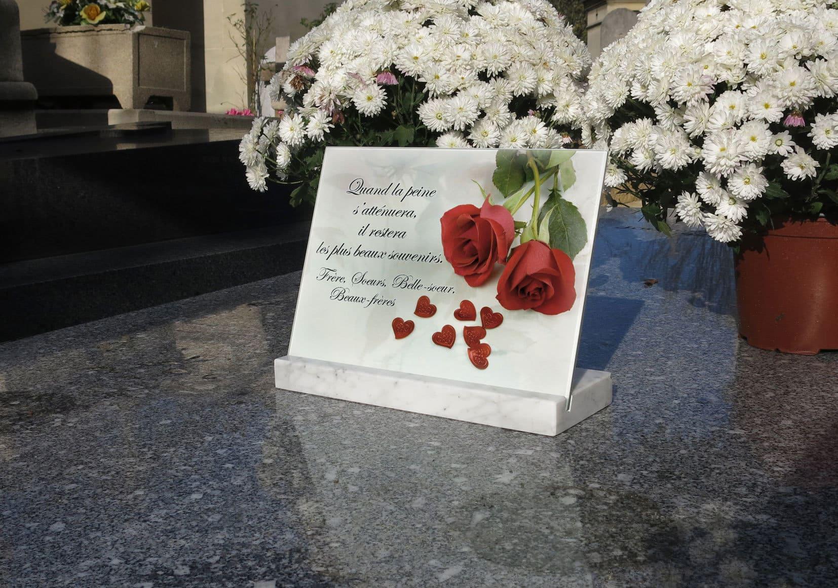 Une plaque funéraire avec des fleurs