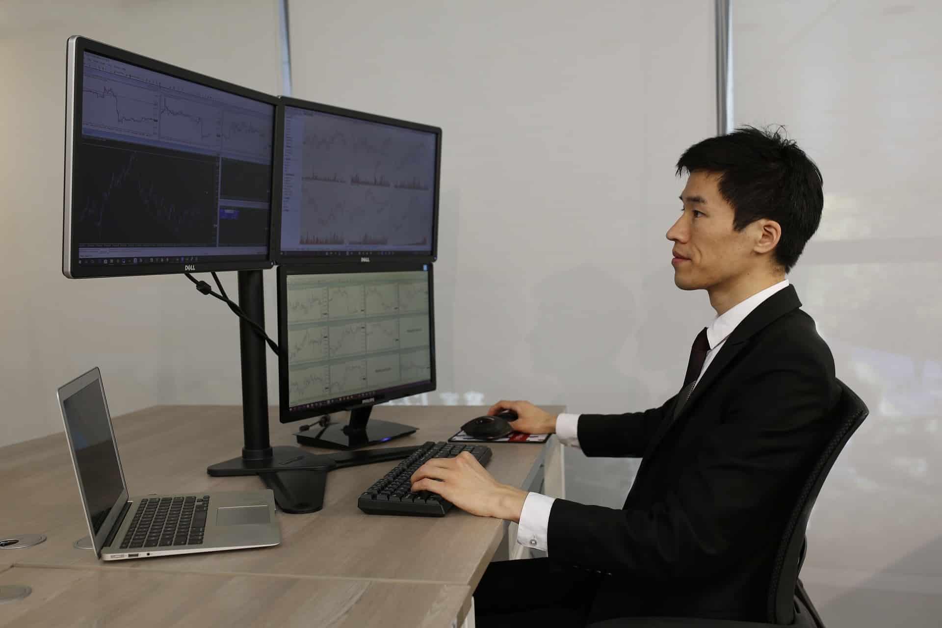 Un trader professionnel détendu