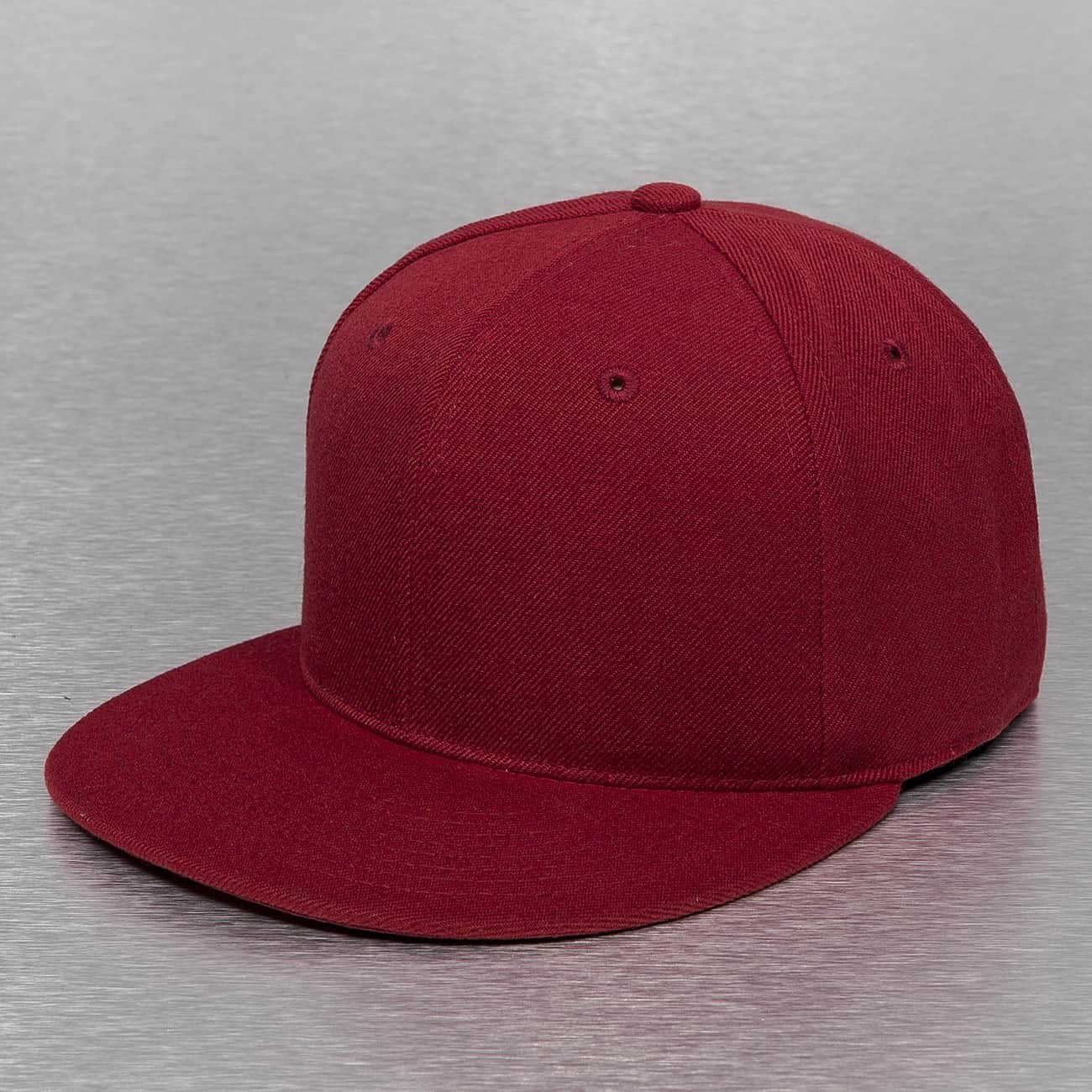 Une casquette fitted rouge