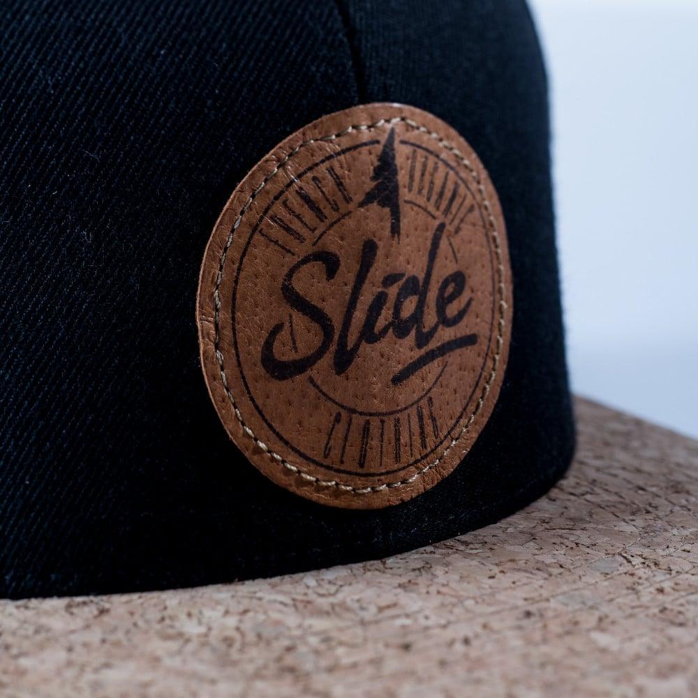 Une casquette snapback