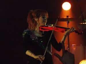 lindsey stirling joue du violon electrique