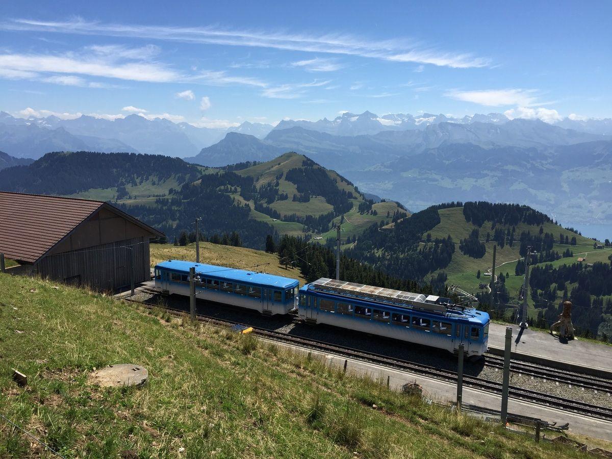 Un train en circulation sur des rails