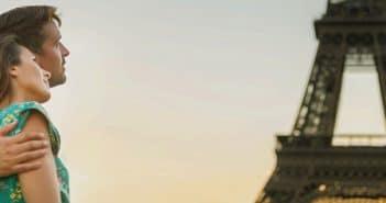 Un couple devant la Tour Eiffel