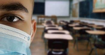 étudiant avec un masque
