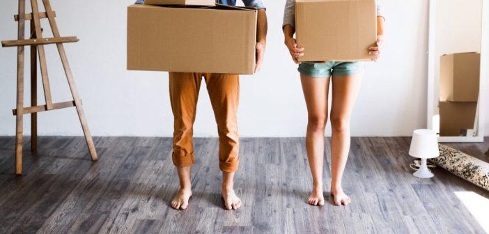 Un couple avec des cartons