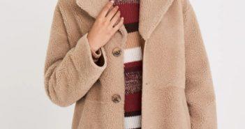 femme qui porte un manteau reversible